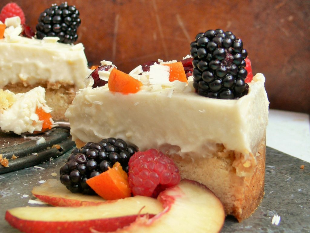 A beautiful new #FreeFromSummer recipe, this Dairy-free White Chocolate Cheesecake from @PeachicksBakery is a perfect no-bake, make ahead dessert.   A creamy white topping with a subtle hint of white chocolate sits over a buttery shortbread base ready for topping with Summer's seasonal best.   Use your favourite shortbread recipe or biscuits to make sure the base is suitable for all your dietary needs.  #glutenfree #eggfree #vegan #Top14free